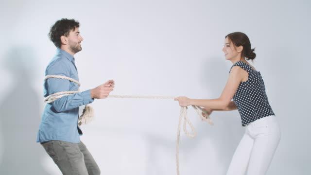 junges paar spielen tauziehen - frau gefesselt stock-videos und b-roll-filmmaterial