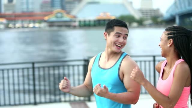 vídeos y material grabado en eventos de stock de joven pareja poder caminar juntos en la ciudad frente al mar - pedestrismo