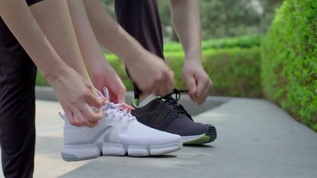 vídeos de stock, filmes e b-roll de young couple preparing for morning run,4k - cadarço