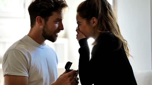 若いカップルの提案:屋内コンセプト - dedication点の映像素材/bロール