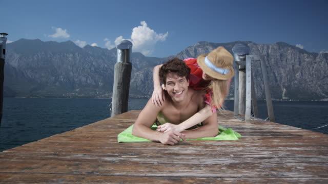 Junges Paar entspannenden auf die Anlegestelle