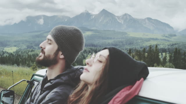 Junges Paar auf der Wiese entspannen. Stützte sich auf die van