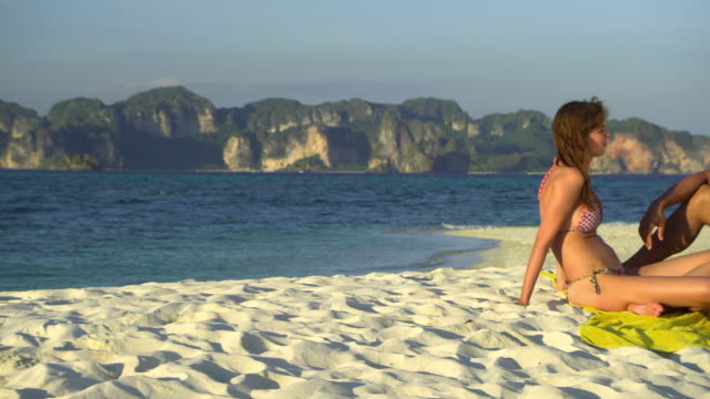 stockvideo's en b-roll-footage met ms pan young couple relaxing on tropical beach, krabi, thailand - zwembroek