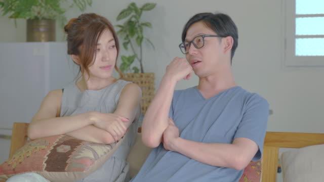 若いカップルは、自宅でソファで話し、リラックス。 - 朗らか点の映像素材/bロール