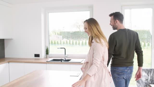 vídeos de stock e filmes b-roll de young couple renting an apartment/ debica/ poland - proprietário de casa