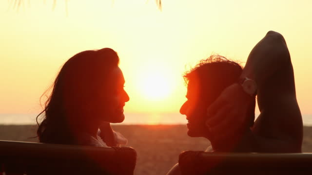 vídeos de stock, filmes e b-roll de young couple romancing on the beach - parélio