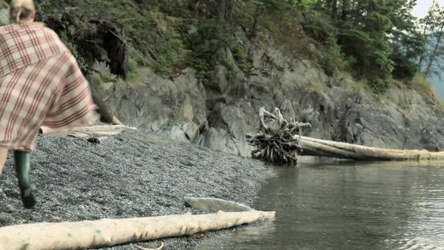 vidéos et rushes de young couple running by lake - châle