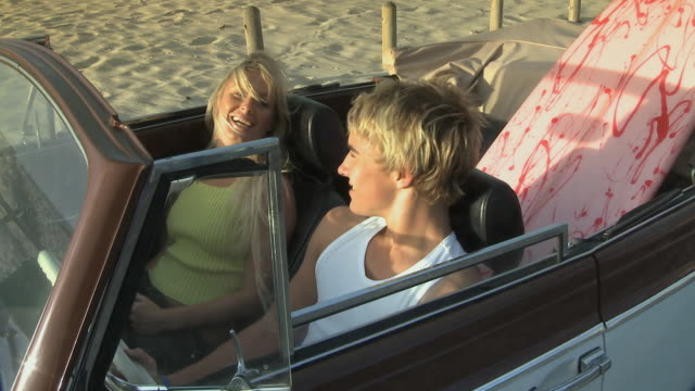 vídeos de stock, filmes e b-roll de ms young couple sitting in car / cape town, south africa - boyfriend