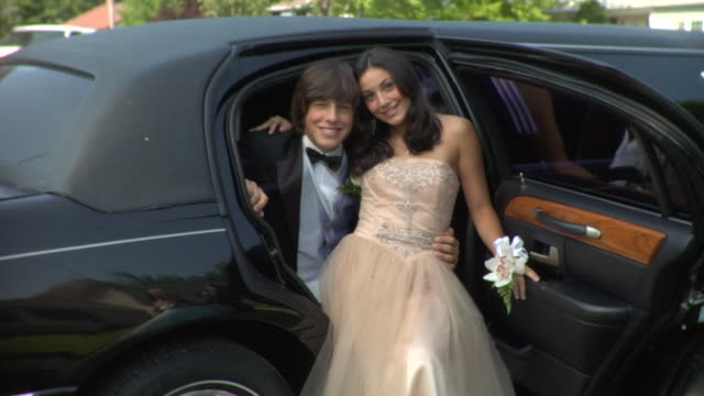 ms, young couple sitting in limo, portrait, edison, new jersey, usa - teenagerpaar stock-videos und b-roll-filmmaterial