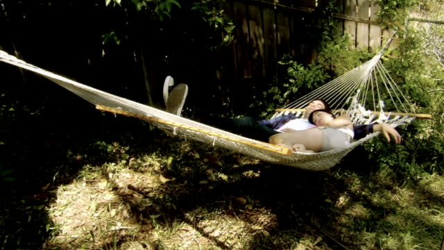 vidéos et rushes de ws young couple sleeping in hammock/ los angeles, california - hamac