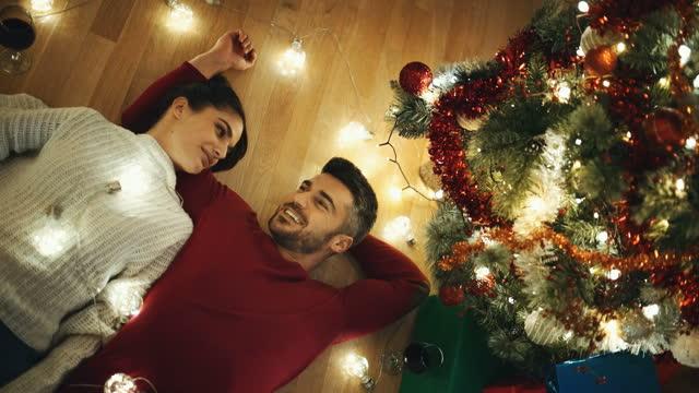 vídeos y material grabado en eventos de stock de una pareja joven pasando la navidad juntos en cuarentena. - refugiarse en un lugar concepto