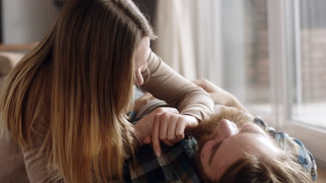 junges paar romantische zeit miteinander zu verbringen, auf dem boden im wohnzimmer - liegen stock-videos und b-roll-filmmaterial