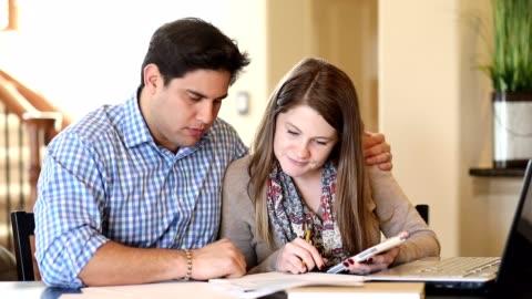 vidéos et rushes de les jeunes couples luttent avec les finances familiales ensemble à la maison. - stéréotype de la classe moyenne
