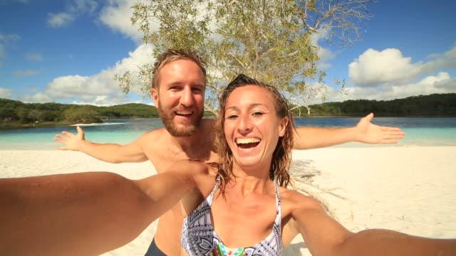 Junges Paar nehmen Selfie Portrait von der Lake McKenzie