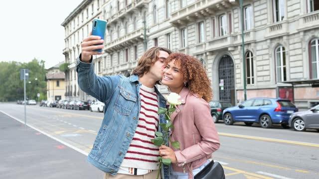 junges paar macht ein selfie in der stadtstraße - dating stock-videos und b-roll-filmmaterial
