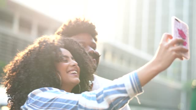 junges paar unter einem selfie im freien - subjektive kamera blickwinkel aufnahme stock-videos und b-roll-filmmaterial
