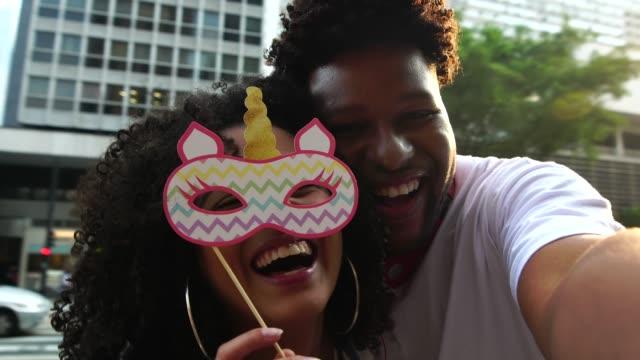 vídeos de stock, filmes e b-roll de jovem casal tomando um selfie ao ar livre - funky