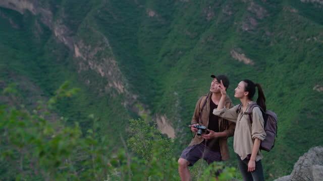 vidéos et rushes de young couple taking photos with camera outdoors,4k - activité de plein air