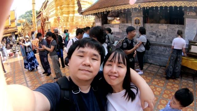 junges paar nehmen selfie im tempel - subjektive kamera blickwinkel aufnahme stock-videos und b-roll-filmmaterial