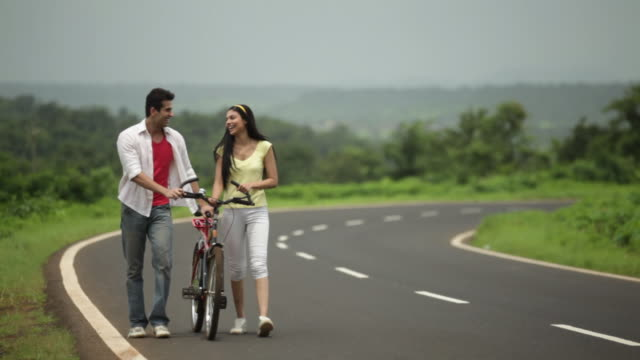 stockvideo's en b-roll-footage met young couple talking, malshej ghat, maharashtra, india - haarband