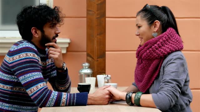 vídeos de stock, filmes e b-roll de jovem casal conversando - amor à primeira vista