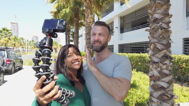vidéos et rushes de jeune couple voyageant et vlogging à dubai, émirats arabes unis - blog vidéo