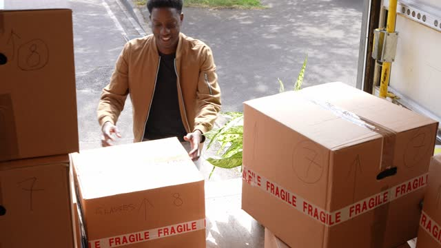young couple unloading boxes from van - 20 29 years stock videos & royalty-free footage