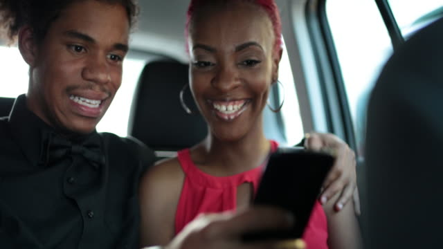 vídeos de stock, filmes e b-roll de young couple using mobile car sharing app in back of taxi - cabelo rosa
