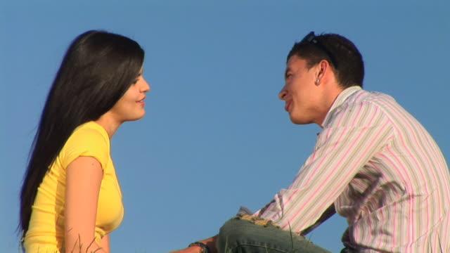 hd :若いカップル - 床に座る点の映像素材/bロール