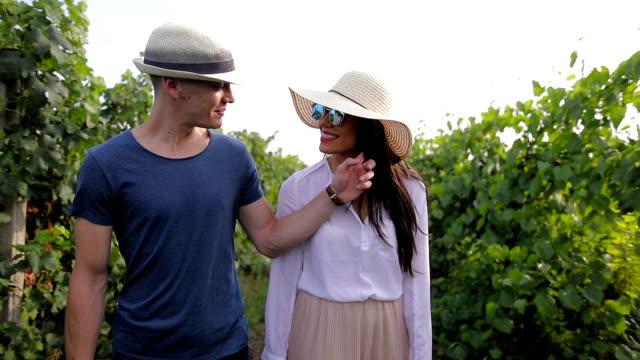 Jong paar weglopen, door prachtige wijngaard