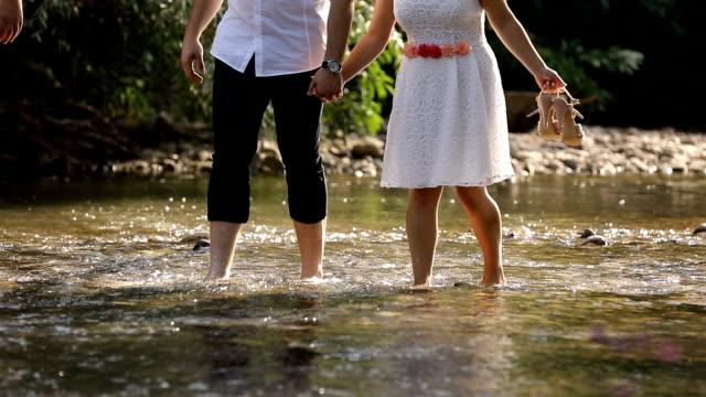Junge Paare, die im Fluss