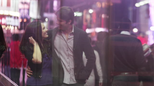 stockvideo's en b-roll-footage met slo mo ms pan young couple walking in times square at night / new york city, new york state, usa - dichterbij komen
