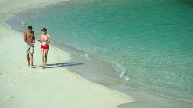 ws ha young couple walking on tropical beach, krabi, thailand - provinsen krabi bildbanksvideor och videomaterial från bakom kulisserna