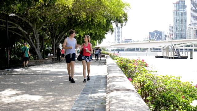 vídeos y material grabado en eventos de stock de joven pareja caminando al gimnasio en brisbane - pareja joven