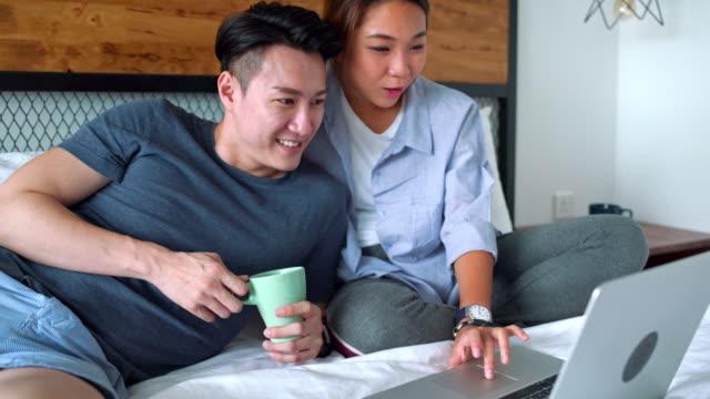 ungt par titta på film i sovrummet - luta sig tillbaka bildbanksvideor och videomaterial från bakom kulisserna