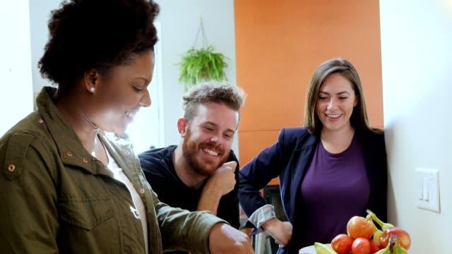 vídeos y material grabado en eventos de stock de joven pareja mirando chef privado preparar comida saludable para ellos en casa - happy meal