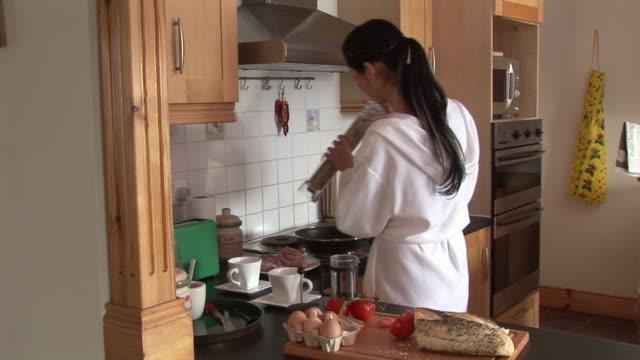 vídeos y material grabado en eventos de stock de ms, young couple wearing bathrobes in kitchen, ireland - encuadre de tres cuartos