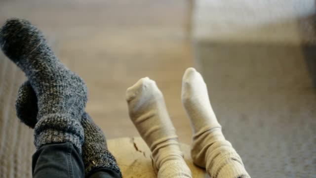 Junges Paar tragen Socken zu Hause