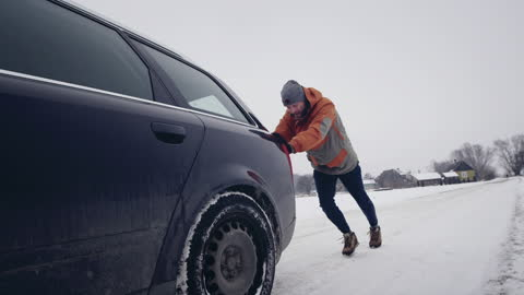 young couple with breakdown car in winter. - pushing stock videos & royalty-free footage