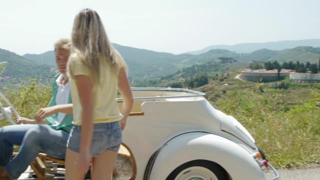 vídeos y material grabado en eventos de stock de young couple with convertible - en el regazo