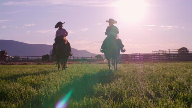 ポニーの馬を持つ若いカウボーイの子供たち - 乗馬点の映像素材/bロール