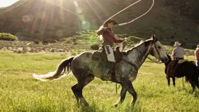 vídeos y material grabado en eventos de stock de un joven vaquero montado en su caballo demostrando su capacidad de formacion - lazo nudo