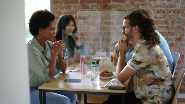 vidéos et rushes de jeunes collègues ayant la pause déjeuner - collègue de bureau