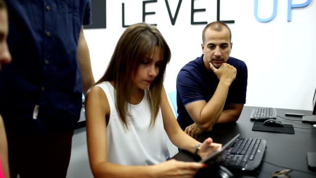 Unga kreativa företagare som arbetar på kontoret