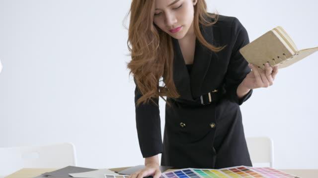 Junge kreative Designer wählen Farbpalette im Büro