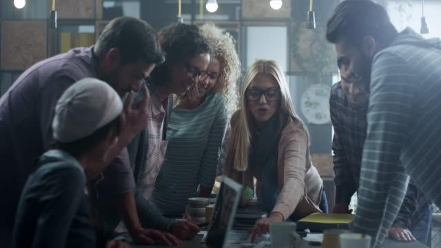 vídeos de stock, filmes e b-roll de jovens criativos trabalhando juntos - tempestade cerebral