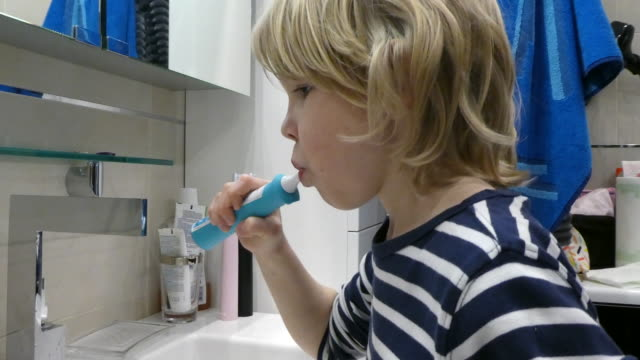 ung söt pojke borsta tänderna. - 8 9 år bildbanksvideor och videomaterial från bakom kulisserna