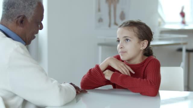 ein junges süßes junges mädchen mit ihrem arzt - menschliches herz stock-videos und b-roll-filmmaterial