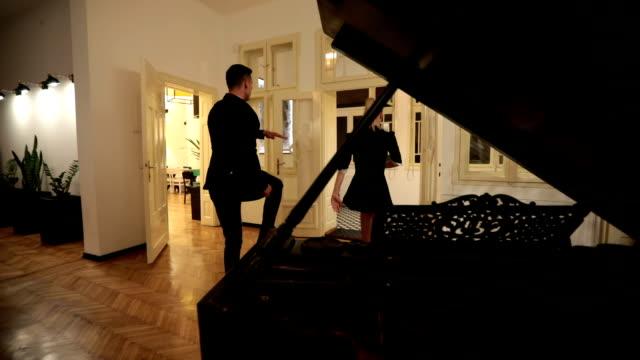 屋内で若手ダンス ・ カップル - ダンスミュージック点の映像素材/bロール