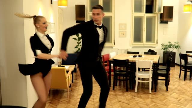 vidéos et rushes de duo de danse jeunes - dancing